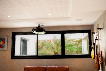 Vidéo projecteur et enceintes encastrées au plafond