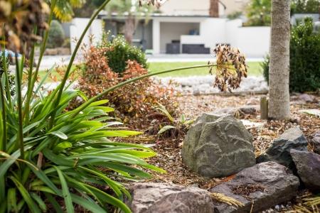 Enceinte extérieure intégrée dans un rocher
