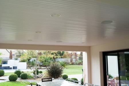 Enceintes extérieures intégrées au plafond