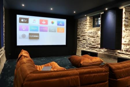 Traitement acoustique et écran cinéma